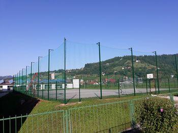 Malo nogometno igrišče v Oplotnici dobilo novo ograjo
