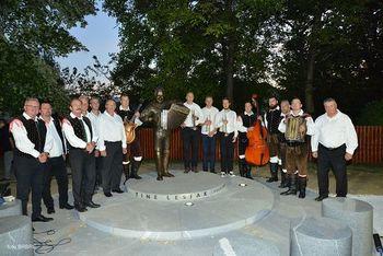 V Oplotnici odkrili bronasti kip glasbenika Tineta Lesjaka