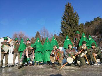 Kalski folklorniki tudi letos uganjali pustne norčije