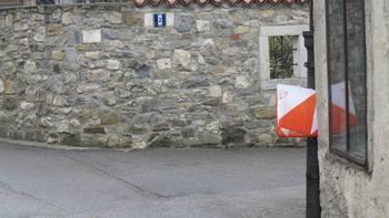 Trideset oranžno-belih prizem v Vipavskem Križu