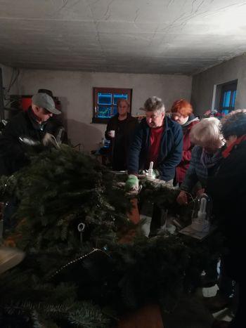 Pletenje in postavitev adventnega venca