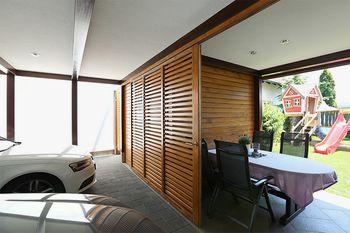 Lesena preobrazba prej in potem: Večnamenski zunanji prostor med stanovanjsko hišo in poslovno stavbo