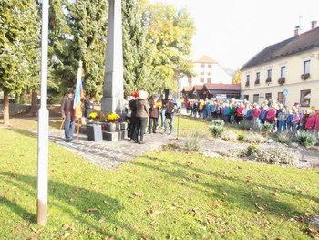 Žalna svečanost pred spomenikom v Oplotnici