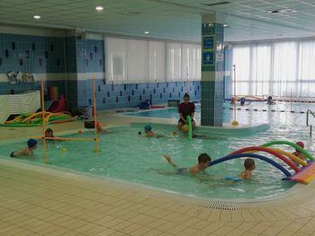 Otroci na plavalnem tečaju