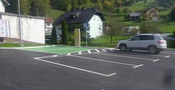 Obnovljeno parkirišče v Dobju s polnilno postajo za električna vozila