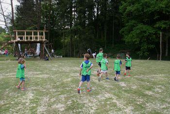 Mladi nogometaši in nogometašice NK Črni graben na treningu v Trnjavi