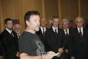 Moški pevski zbor Janko Kersnik zapel na otvoritvi razstave Razgledi Boruta Peršolje
