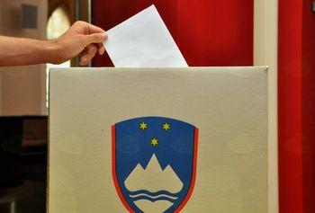 Pod drobnogledom postavitev plakatov volilne kampanje