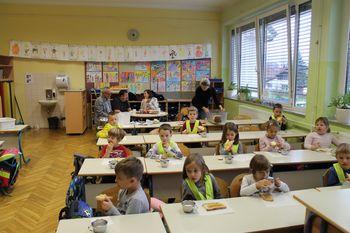 Župan in podžupan zajtrkovala z otroki na Tradicionalnem slovenskem zajtrku