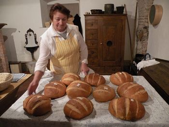 Prikaz peke kruha v krušni peči