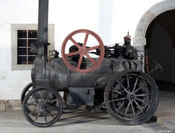Prikaz mlačve žita z lokomobilo in vožnja s parnim traktorjem po Bistri