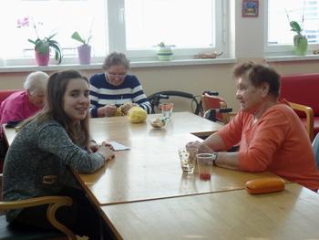 Šolske novinarke na obisku v domu upokojencev