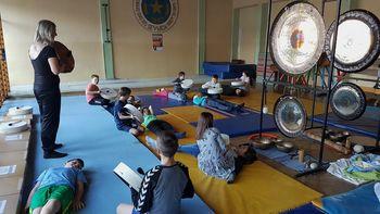 Petošolci OŠ Sevnica so izvedli zvočno kopel z gongi