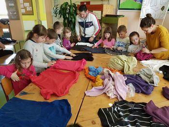 Izdelava tekstilnih vrečk na OŠ Sevnica z gostoma iz KNOF-a