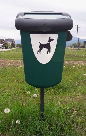 Pasji iztrebki, nezaželeni odpadki na otroških igriščih, rekreativnih in sprehajalnih površinah