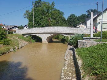 Čiščenje naplavin pri kamnitem mostu v Loki pri Mengšu