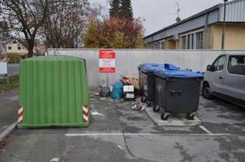 Ponovno neprimerno odlaganje odpadkov na ekološkem otoku ob Zdravstveni enoti Mengeš