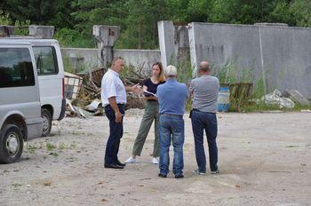 Župan Franc Jerič si je skupaj s predstavniki podjetja Petrol d.d. ogledal stanje na območju nekdanje Opekarne pri Cegvenškem bajerju