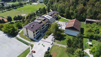 V okviru vzdrževalnih del na Osnovni šoli Mengeš zamenjan zahodni del strehe in obnovljene zunanje stopnice