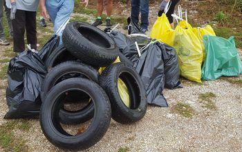 V vseslovenski čistilni akciji Še zadnjič so bili v Mengšu odstranjeni nepravilno odloženi odpadki na Drnovem