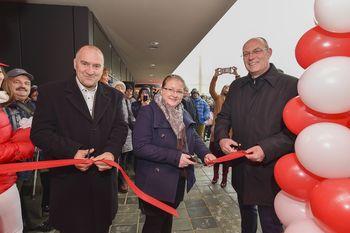 Mercator ob otvoritvi novega supermarketa v okviru poslovno-stanovanjske soseske Glavni trg v Mengšu pogostila obiskovalce in donirala Mengeški godbi