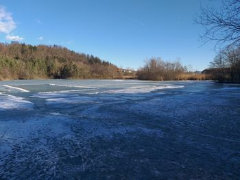 Pred hojo po ledu je treba preveriti njegovo debelino