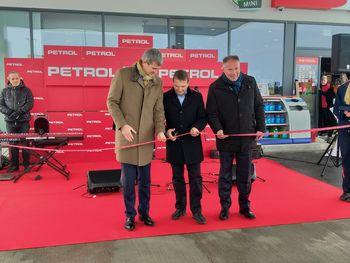V občini Mengšu družba Petrol odprla nov bencinski servis in Mengeški godbi podarila bon v višini 2.000 eur