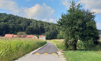 Protiprašna zaščita dela Ropretove ceste in ceste Na gmajni