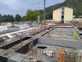 Gradnja Športne dvorane Mengeš pospešeno napreduje, za varnost obiskovalcev šole novo postajališče za šolski kombi in nova ureditev parkiranja na parkirišču za Kulturnim domom Mengeš