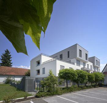 Primer večstanovanjske stavbe z zelo nizkimi energijskimi potrebami v naši bližini je Stanovanjska stavba Karantanika