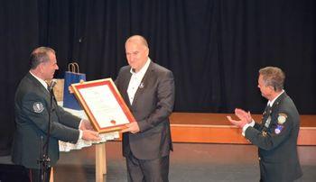 """Franc Jerič, župan Občine Mengeš, je za tvorno sodelovanje pri delovanju OOZVVS Mengeš prejel listino """"častni član"""""""
