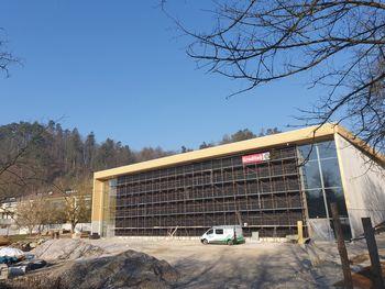 V Športni dvorani Mengeš nadaljujejo z vgradnjo svetlobnikov na strehi in obrtniško inštalaterskimi deli v notranjosti dvorane, deloma pa se ureja tudi območje zunanjih igrišč