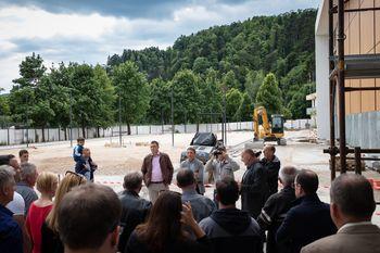 Občinski praznik Občine Mengeš počastili z ogledom najpomembnejše investicije v zgodovini samostojne občine Mengeš, z ogledom Športne dvorane Mengeš