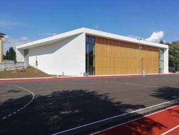 Gradnja Večnamenske športne dvorane Mengeš poteka po načrtih, ob vzhodnem prizidku šole je bil za prvošolčke urejen nov vhod