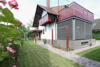 PREOBRAZBA ZUNANJEGA PROSTORA PREJ - POTEM: Danes živeti v hiši, pomeni živeti na vrtu