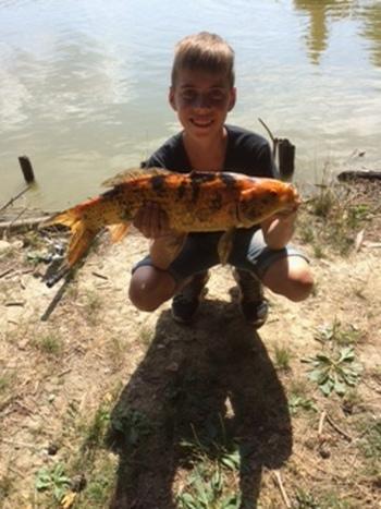 Mladi ribič iz Vrhovelj ujel veliko ribo