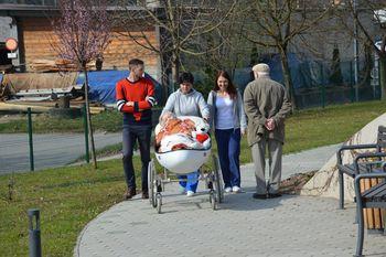 Po parku v Domu Hmelina z vozičkom »Oldi«