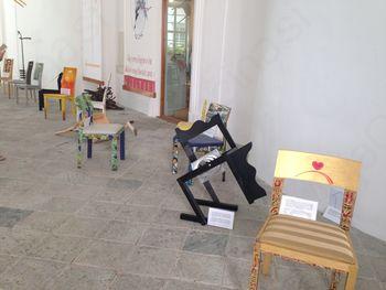 Umetniška razstava stolov ob Poti duš in prijateljstva