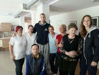 Družinski obisk športnih junakov v Domu starejših občanov Preddvor