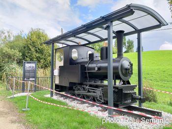 Mašinka – replika parne lokomotive iz 1. svetovne vojne na svojem mestu v bližini tunela pod Naklom