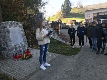 Otroci OŠ 8 talcev Logatec so se poklonili spominu na 8 mladih logaških fantov