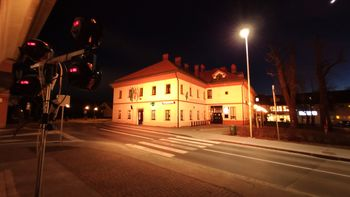 Danes zvečer smo pročelje stavbe Glasbene šole Logatec odeli v zlato – rumeno barvo.