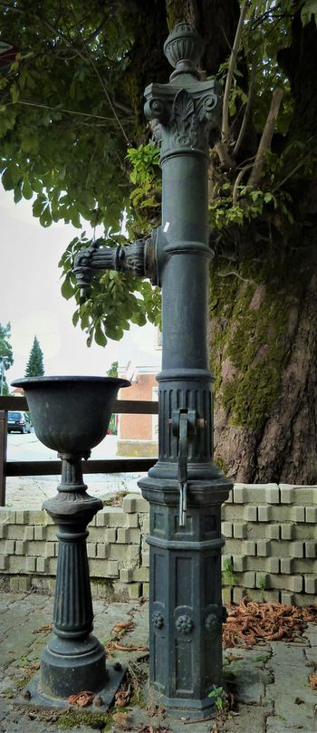 Litoželezna pitnika pred Pupissovo hišo v Gornjem Logatcu in pri nekdanji kapelici sv. Jožefa v Dolnjem Logatcu