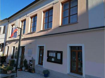 Dom krajanov v Vipavskem Križu z novimi okni in vrati