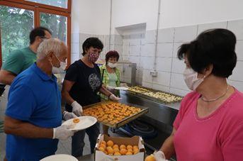 Tudi letos pripravljali zeliščne sirupe, sokove, marmelade in sušili sadje