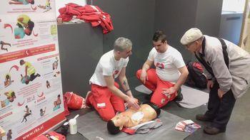 Bolničarji/prostovoljci so prikazovali temeljne postopke oživljanja