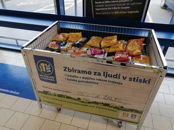 Za ljudi v stiski zbirajo šolske potrebščine in hrano z daljšim rokom trajanja