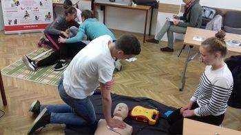 Otroci so pomembni izvajalci prve pomoči. 11. september je svetovni dan prve pomoči. Rdeči križ Slovenije ob tej priložnosti poziva k uvedbi obveznega usposabljanja in izobraževanja o prvi pomoči v šolah.