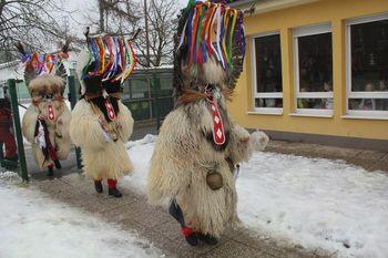 Kurenti preganjali zimo