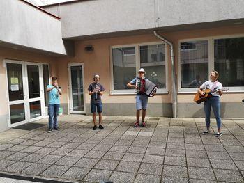 Glasbeniki poskrbeli za dobro voljo in veselje starostnikov